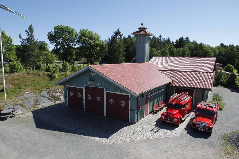 Brandstation-Höljebacka-med-2-bilar-utanför-red-20190524